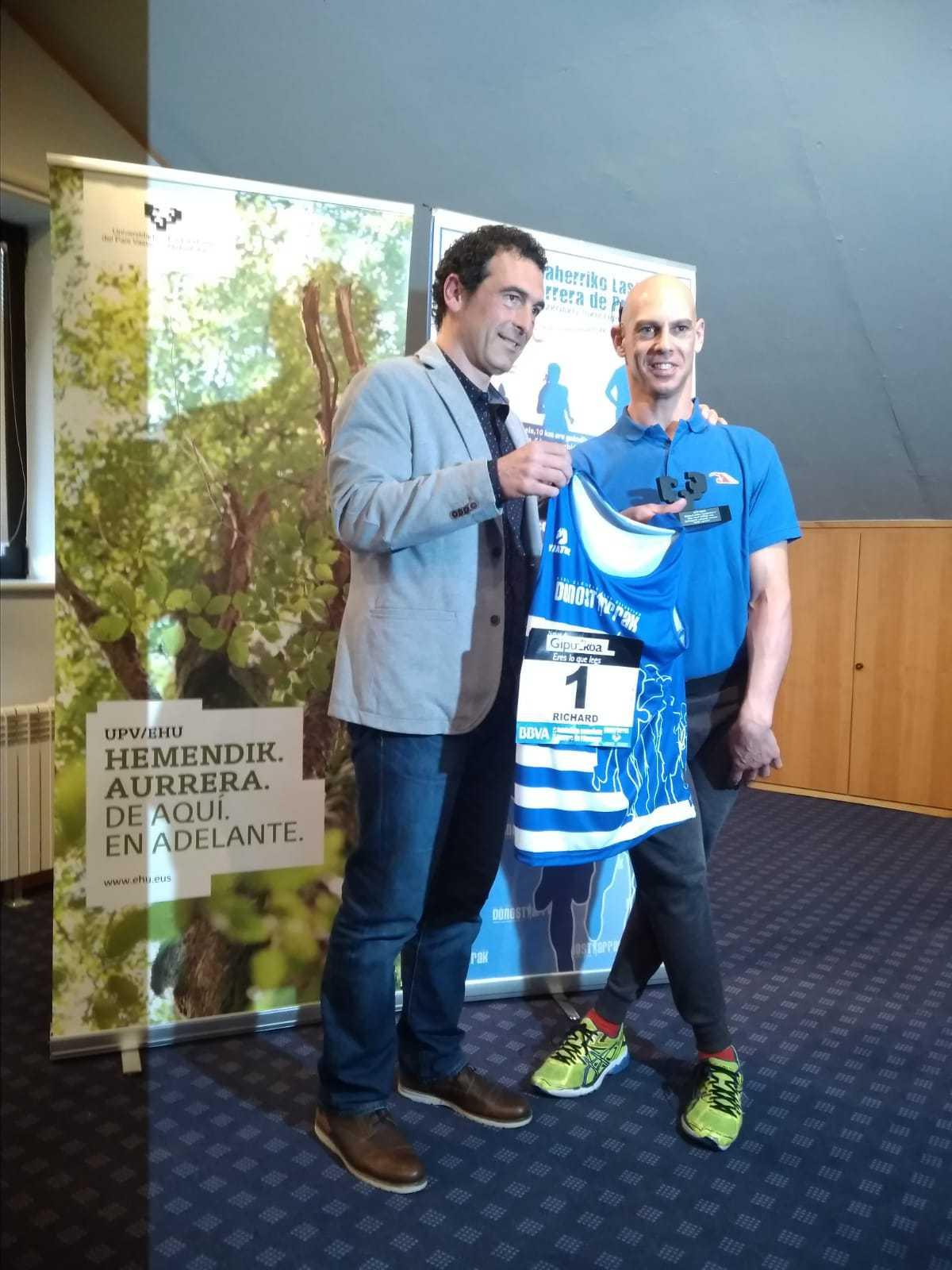 Richard es homenajeado por el club DONOSTIARRAK y le dan el dorsal nº 1 - Konporta